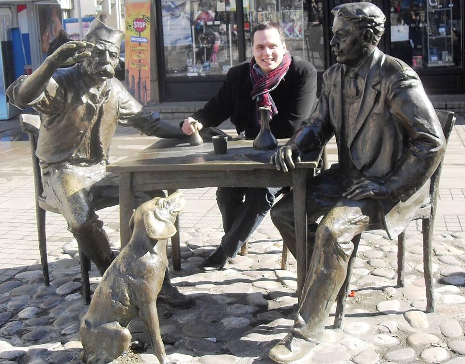 Stevan Sremac, lovac Kalča i Miloš. Pored stola je pas Čapa.