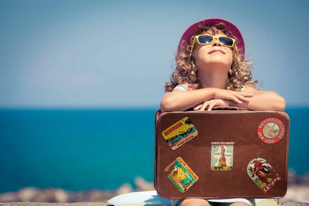 devojčicaa-sa-naočarima-na-plaži