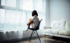 žena-sedi-na-stolici
