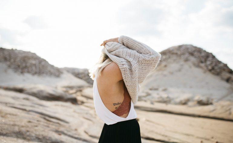devojka-se-pokrila-preko-glave