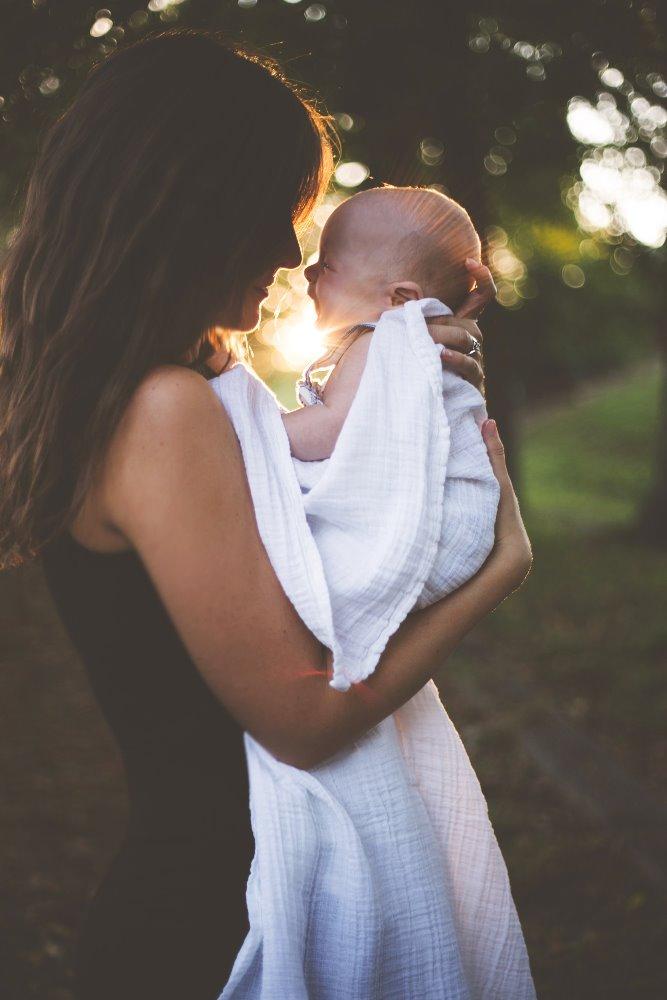 mama-drži-bebu-u-rukama