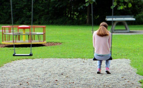 tužna-žena-sedi-na-ljuljašci