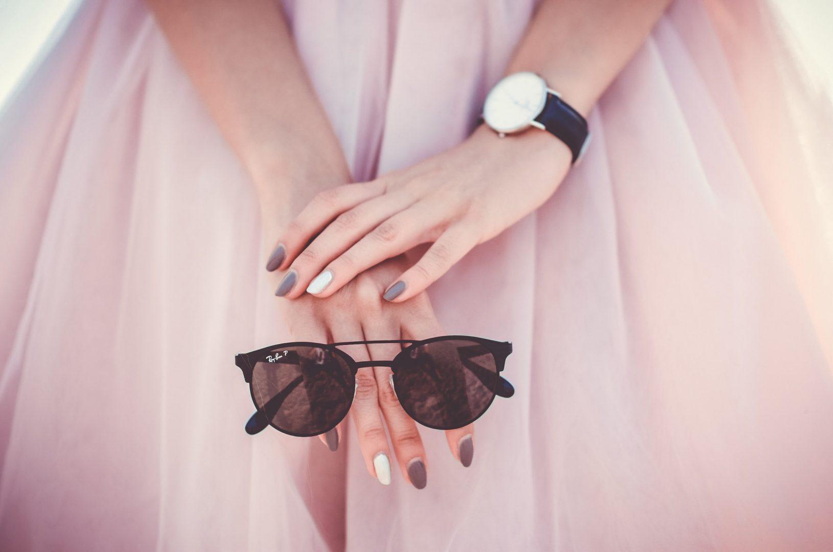 devojka-u-roze-suknji-drži-naočare