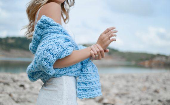 devojka-u-plavom-džemperu-drži-ruku-u-ruci
