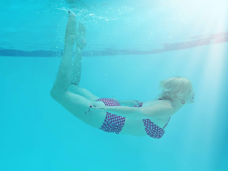 devojka-pod-vodom-u-bazenu
