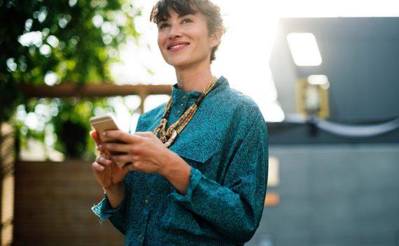 žena-drži-mobilni-telefon