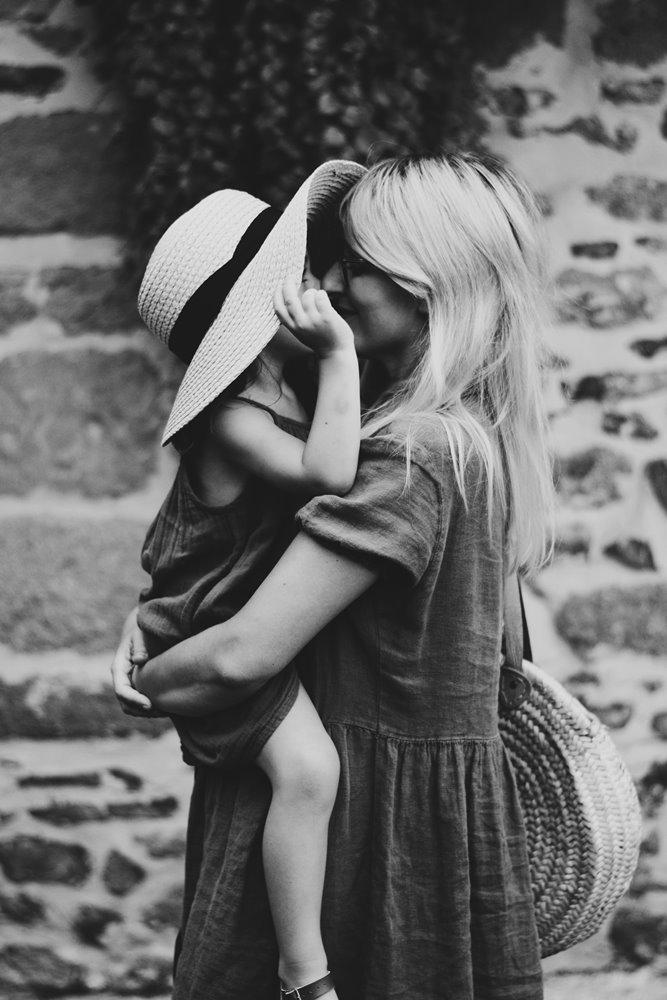 slušam-svoju-decu-mama-drži-dete