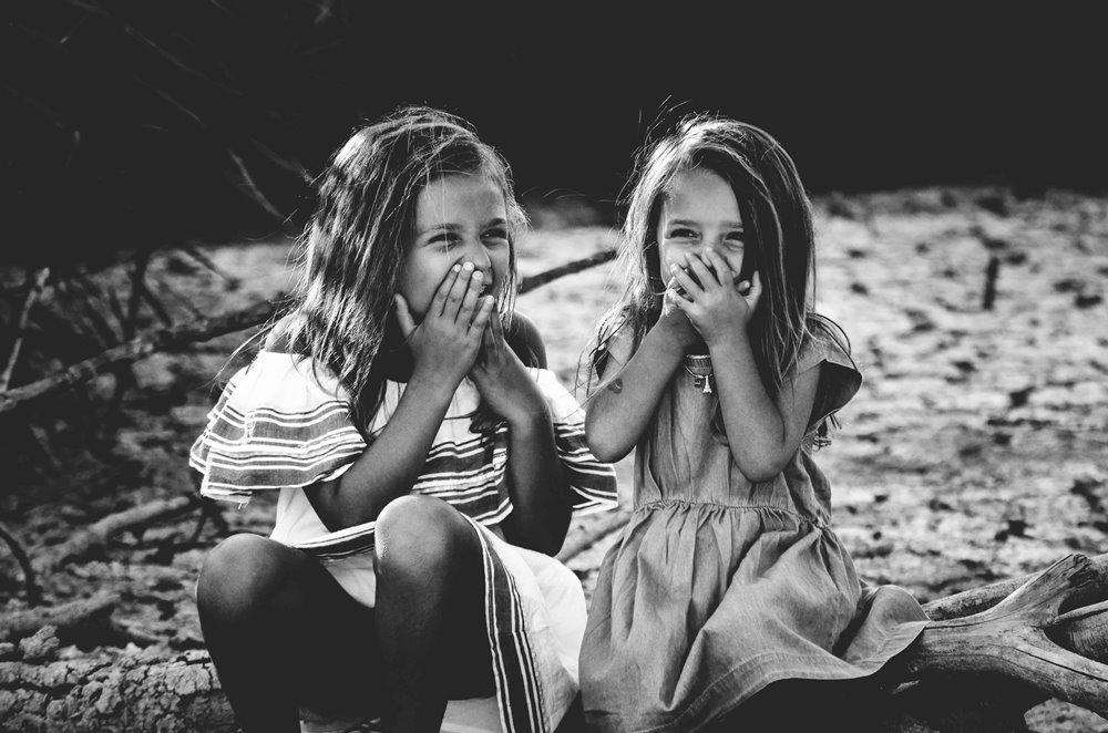 sestre-se-smeju