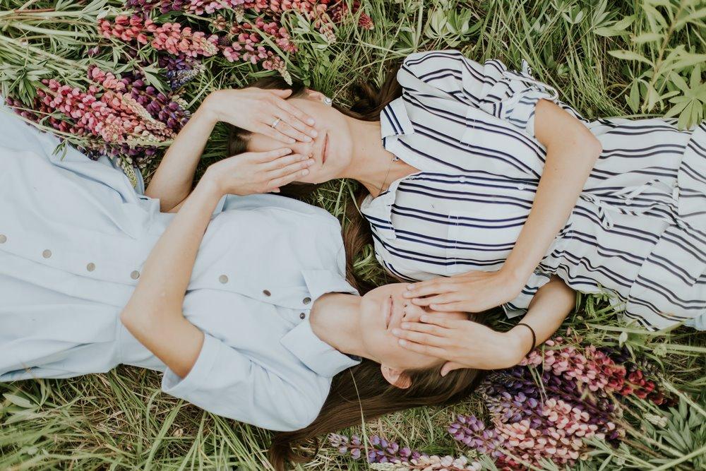 devojke-leže-u-cvetnom-polju