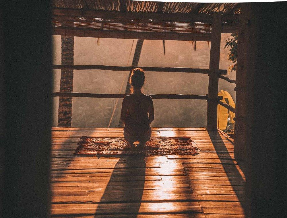 devojka-meditira