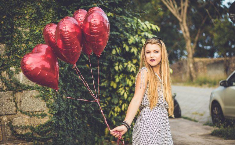 devojka-ljubav-sa-balonima