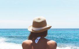 devojka-sa-šeširom-na-obali