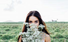 žena-sa-cvećem